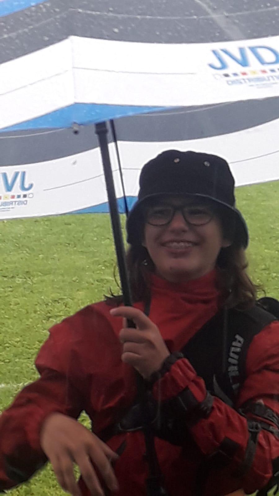 Lächeln Bitte! Bogenschützin Milena Krause vom SV- Ilmmünster im Regen auf Wettkampf