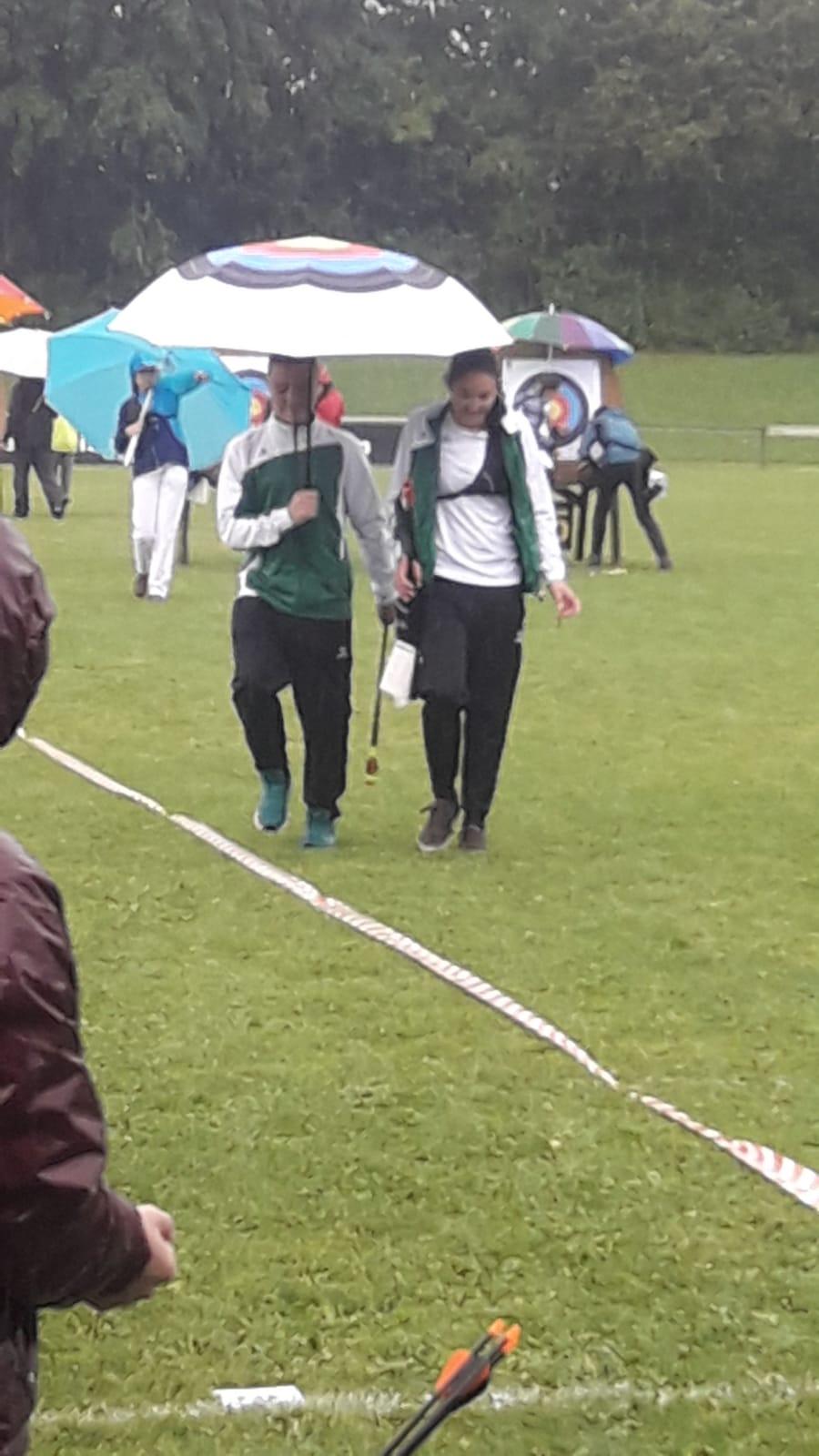 Gentlemen! Tobias Wendler (l) und Jaana Kretzschmar (r) beim Pfeile holen im Dauerregen